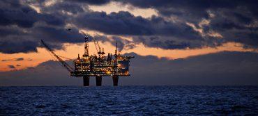 ما هو موقف الأحزاب النرويجية من الثروة النفطية في البلاد؟ shutterstock 1334048534 370x167