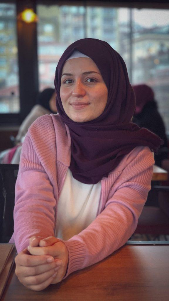 عبير من سوريا على مفترق الطرق من جديد في الدنمارك                                                               576x1024